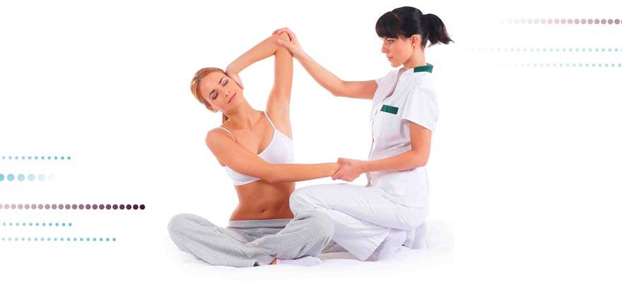 Chica haciendo osteopatía a otra chica