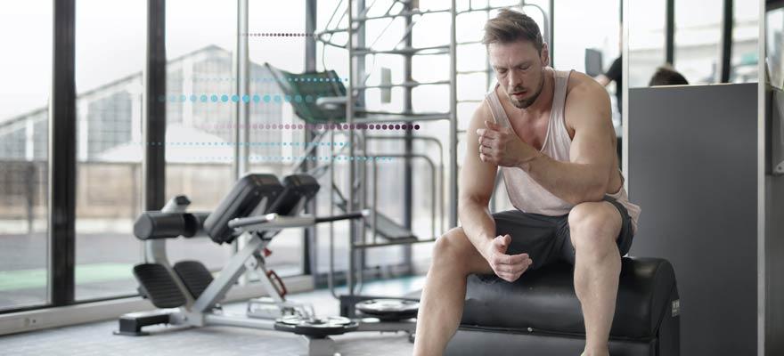 Bombero haciendo ejercicio en el gimnasio