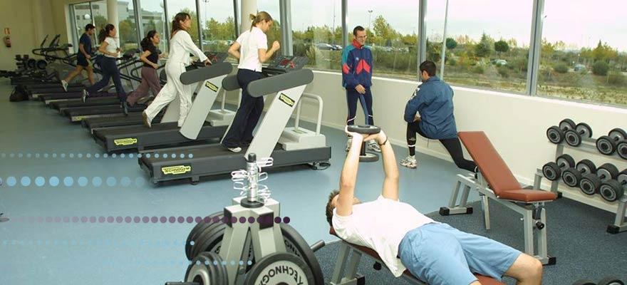 Personas haciendo ejercicio en el gimnasio