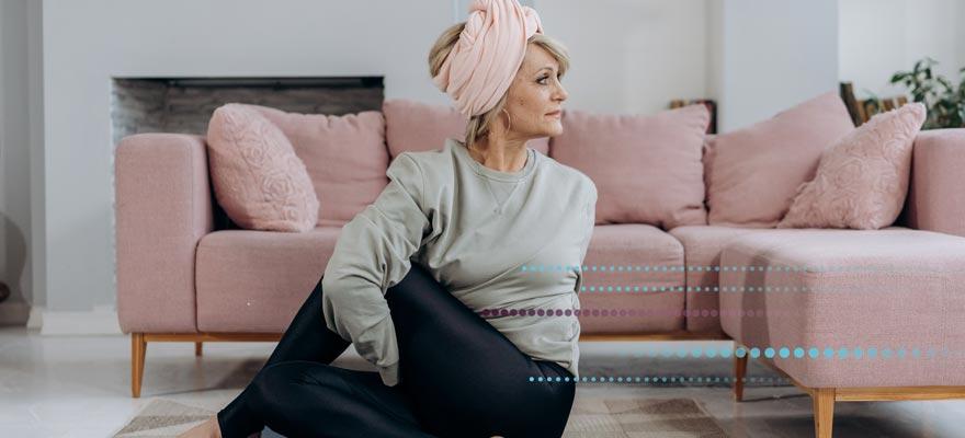 Señora de mediana edad haciendo estiramientos en casa
