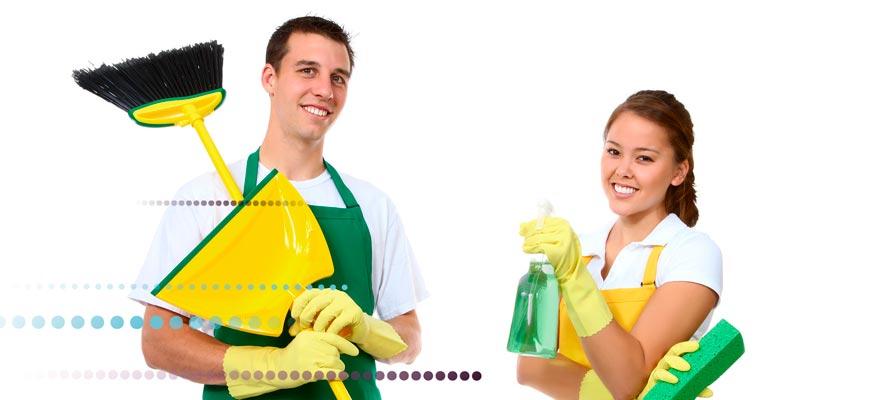 Chico y chica con productos de limpieza