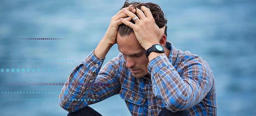 Chico en un estado de estrés delante del mar
