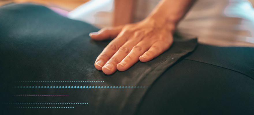Osteopatía de pubis a una chica estirada