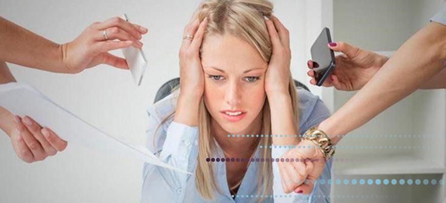 Chica estresada con las manos a la cabeza