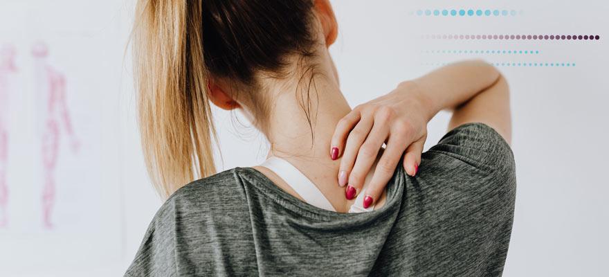 Chica con dolor en la parte superior de la espalda