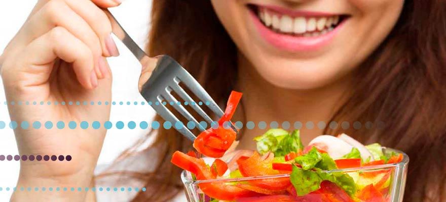 Chica comiendo una ensalada