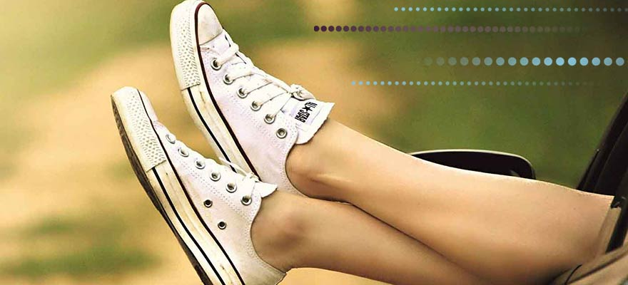 Piernas de chica con zapatos