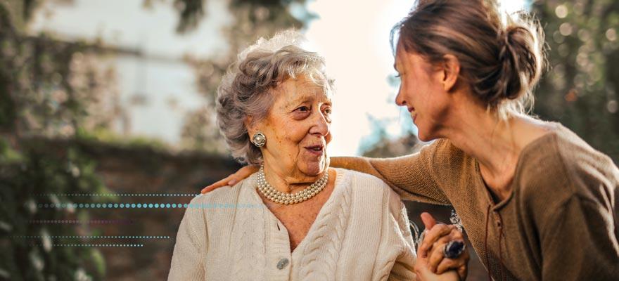 Chica ayudando a una señora mayor