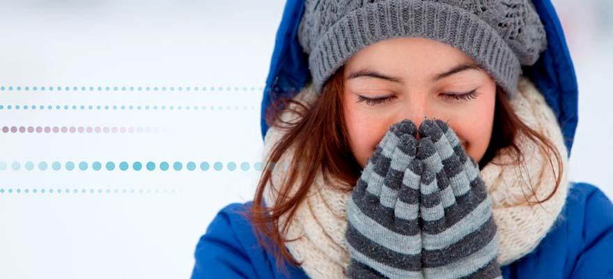 Chica abrigada y con frio