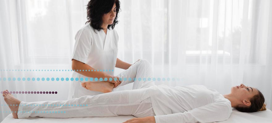 Chica dando un masaje a otra chica estirada