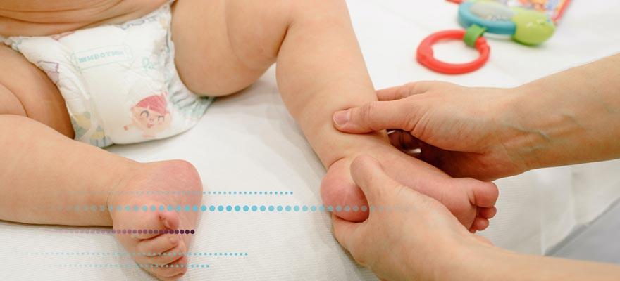 Fisioterapeuta haciendo un masaje a un bebé