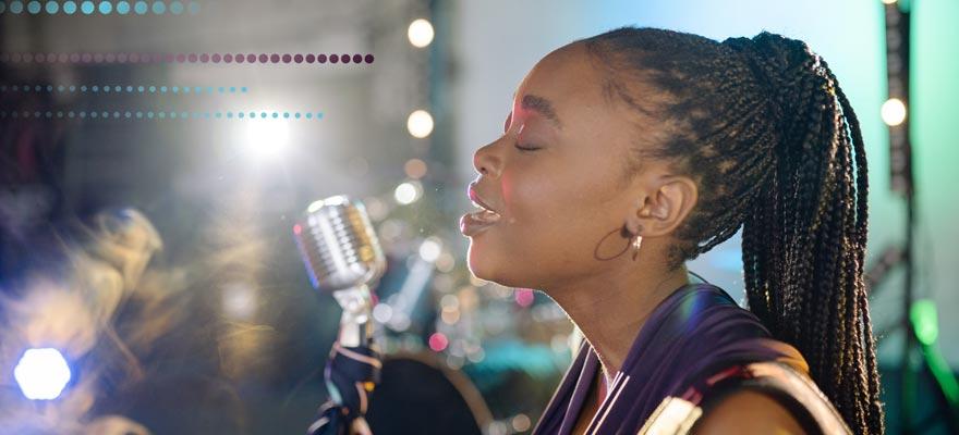 Chica cantando en directo