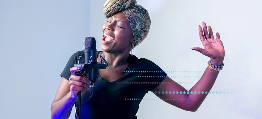 Chica cantando