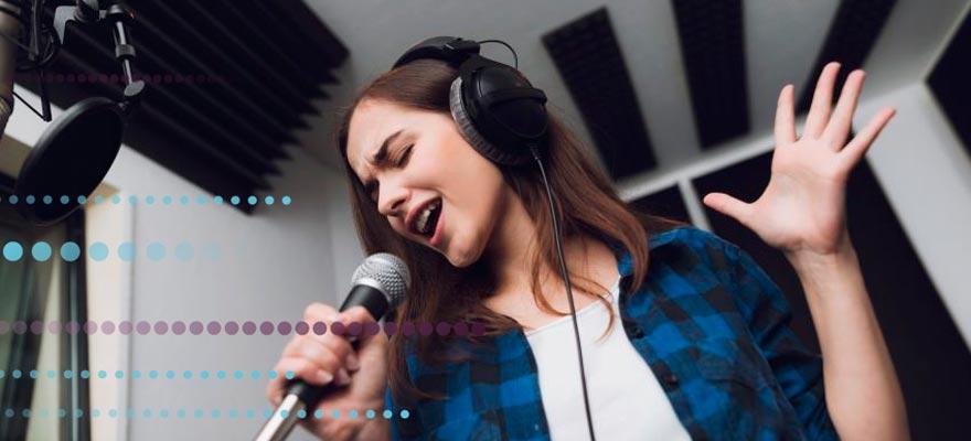 Chica cantando con micrófono